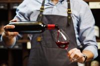 Terres & Bouchons fait le point sur le métier de sommelier, guide de l'univers du vin.